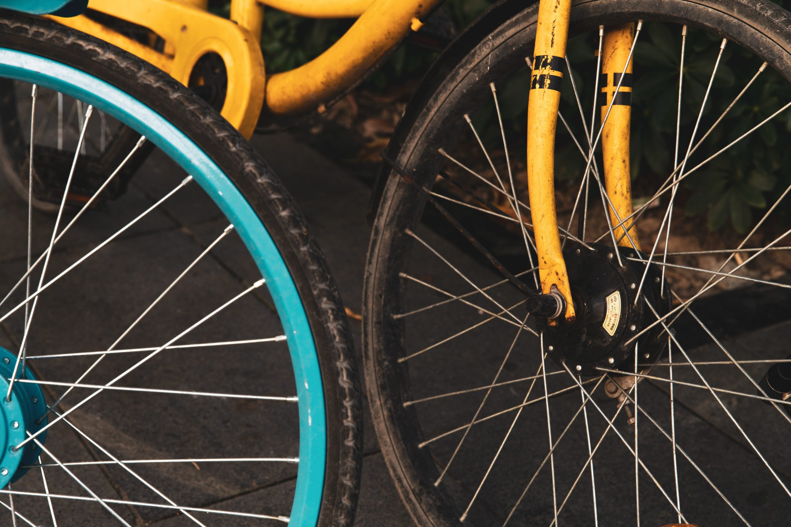 a picture of the spokes of a yellow and blue bike